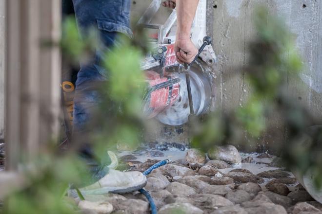 צוות סמנטו קודח בבטון